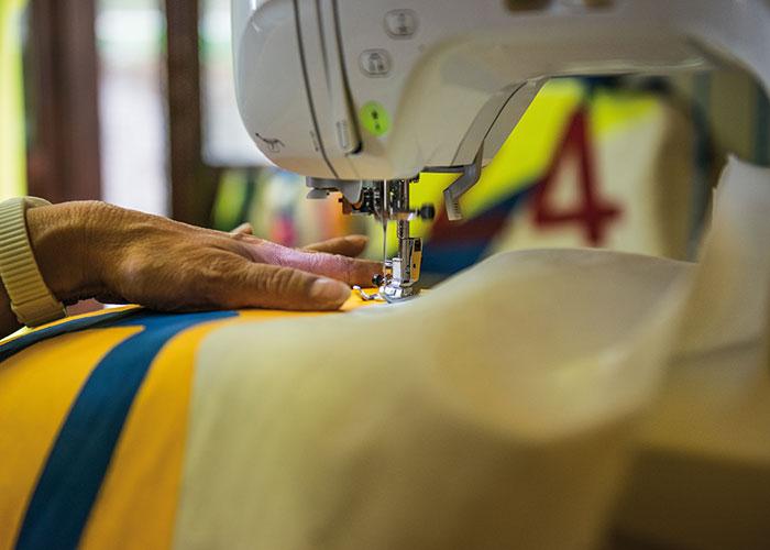 produzione borse artigianali - cucitura delle vele