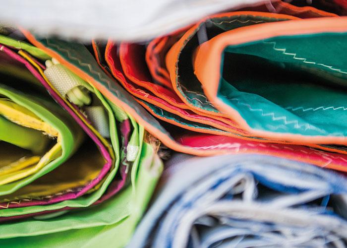 produzione borse artigianali - scelta e lavaggio delle vele